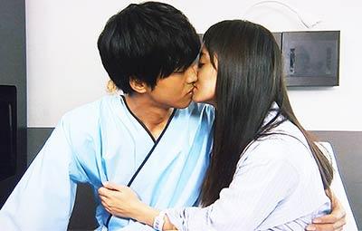 里見(松坂桃李)と猪熊(木村文乃)のキス